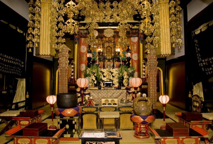 Takayama-hostel-guesthouse-main-buddhist-alter-Hondo
